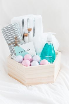 These DIY gift baskets are perfect for any occasion. These DIY gift baskets will make perfect gifts for any person in your life and for any occasion! Inexpensive Christmas Gifts, Christmas Gift Baskets, Christmas Gifts For Friends, Christmas Diy, Themed Gift Baskets, Diy Gift Baskets, Basket Gift, Spa Basket, Raffle Baskets