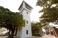 走進安平古堡,熱蘭遮城(Zeelandia)的氛圍一幕幕呈現,台灣城殘蹟的舊城牆現身說法,默默的陳述著荷蘭在台灣的38年殖民史;一旁的博物館,則以情境重現17世紀熱蘭遮城的生活與商業狀態,用出土文物、史料及現代聲光具體展開安平與台灣的歷史片斷。 熱蘭遮城博物館原為清末英國官員的居所,創建於1891年,其後身分多變,一度化身為安平稅務司公館、台南市立歷史館、安平區公所、永漢民藝館,不變的是,殖民地式建築的風格。