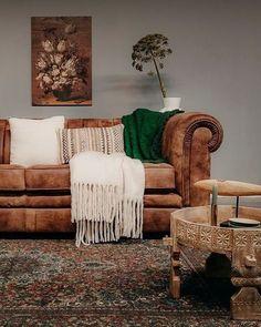 De Chesterfield bank Verona van Station7 is leverbaar in Ambachtelijk hand gepoetst buffelleer, Geschuurd leer en Velvet stof. De stijl is robuust en stoer, met een eigentijdse maar tijdloze wijze van finishing van de materialen. #woonkamer #zithoek #bank #couch #sofa #chesterfield #buffelleer #interieurinspiratie #interiorinspiration Chesterfield Bank, Sofa, Couch, Verona, Interior Inspiration, Sweet Home, Throw Pillows, Bed, Furniture