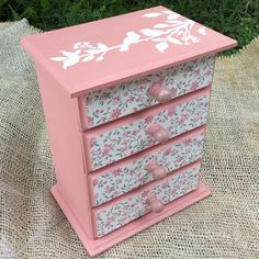 Decoupage Glass, Decoupage Box, 3d Paper Crafts, Diy And Crafts, Kids Jewelry Box, Jewelry Box Makeover, Sewing Room Design, Painted Wooden Boxes, Modern Playroom