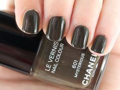 Might have just found my perfect Autumnn colour.......chanel vernis mysterious  Looks just like black to me...