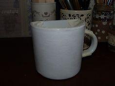 Taza de loza blanca pintada.