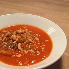 Stærk tomatsuppe, med krydrede kyllingboller, gulerod, sesam og ristede peanuts.