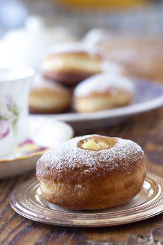 Un impasto sofficissimo con una crema alla vaniglia Doughnut, My Recipes, Hamburger, Bread, Bomboloni, Desserts, Brioche, Tailgate Desserts, Deserts