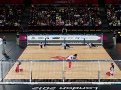 Atletas com deficiência visual disputam uma partida de Goalball nas Paralimpíadas