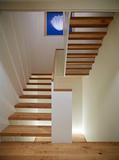 durch-lässige Treppen, schlichte Formensprach, MDF Geländer, aufgesetzter Handlauf