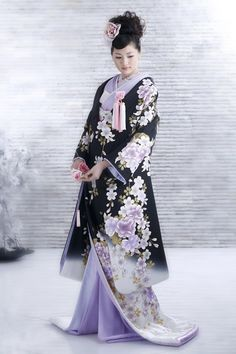 This kimono is so beautiful! I think it's a wedding kimono. Japanese Outfits, Japanese Fashion, Asian Fashion, Trendy Fashion, Fashion Black, Japanese Geisha, Japanese Clothing, Traditional Kimono, Traditional Fashion