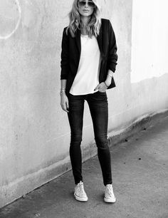 Skinny jeans, blazer and chucks