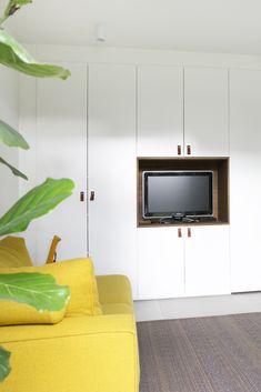 Op zoek naar handige en mooie oplossingen om je tv weg te werken in je interieur? Klik hier voor inspiratie! • tv wegwerken, tv in kast, tv ideeën, tv oplossingen, tv aan wand, tv meubel, tv kastenwand, tv aan de muur, tv verbergen, tv in woonkamer, tv wegwerken snoeren, tv wegwerken in muur, tv wegwerken kabels, tv wegwerken woonkamer, tv wegwerken slaapkamer, tv meubel wand, tv aan de muur ideeën, tv wand ontwerp, tv verborgen, tv wand ontwerp modern, tv ophangen woonkamer Kitchen Cabinets, Living Room, Bedroom Ideas, House, Design, Home Decor, Decoration Home, Home, Room Decor