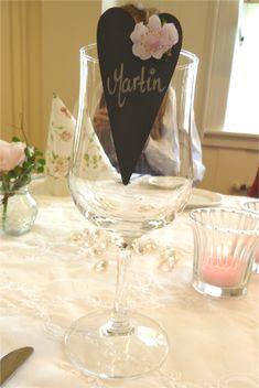 Hvordan planlegge konfirmasjon. Tips til konfirmasjonsplanlegging. Tips konfirmasjon. Konfirmasjon. Wine Glass, Alcoholic Drinks, Baby Shower, Table Decorations, Tableware, Party, Weddings, Tips, Babyshower
