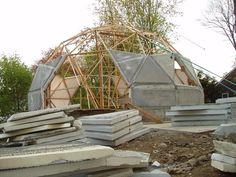 30 Geodesic Dome Ideas for Greenhouse, Chicken Coops, Escape Pods, etc. Earthship, Camping Am Meer, Dome Structure, Geodesic Dome Homes, Roof Shapes, Eco Buildings, Dome House, Earth Homes, Natural Building