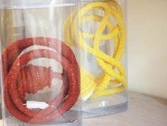Quer dar um up na sua iluminação? Escolha um dos nossos pendentes em tricot para a sua lâmpada de filamento. Inspiração artesanal e colorida, para dar aquele toque especial! ❤️ #temnapoire #poire #decor #decoracao #artsy #pendente #tricot