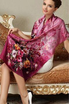 Elegantný dámsky hodvábny šál s motívom kvetov v ružovej farbe
