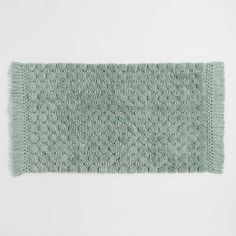 Hand-loomed, our oversized chinois green bath mat is woven in a pattern of large dots. Knotted tassels run along the border, adding the perfect finishing touch.