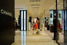Bain: Chinese Shoppers' Share of Global Luxury Purchases Drops to 30%