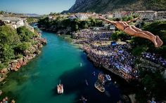 Take a look as the brave contestants take a plunge off the Mostar bridge in the annual diving competition in Bosnia Diving Springboard, Undersea World, Cliff Diving, Water Play, Travel News, Bosnia, Video Photography, Weekend Is Over, Underwater