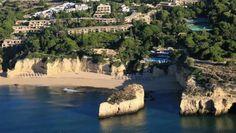 Eine wunderschöne, weitläufige Gartenanlage umgibt das Luxusresort Vilalara Thalassa Resort an der Algarve.