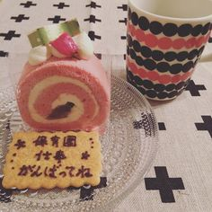 同じマンションに住むママ友からメッセージとともにケーキをいただきました  なんとも嬉しい心遣い  ティータイムにパンケーキ食べちゃったけどたくさんもらったので美味しくいただきます   #ケーキ#ロールケーキ#サプライズ#桜ロール#夜の#ティータイム#イッタラ#カステヘルミ#マリメッコ#シイルトラプータルハ #cake#rollcake#sakura#coffee#teatime#iittala#kastehelmi#marimekko#siirtolapuutarha#rinas#cross#food#instafood#foodpics#foodphoto by eriemma421
