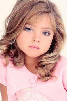Preciosa, pero triste. Por favor, dejen de maquillar a las niñas como si fueran adultas. Su belleza natural no necesita maquillaje.