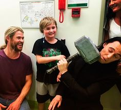 """chrishemsworth: """"Met the real superheroes of the world at @ladycilentochildrenshospital. A huge shout out to all the brave kids who are an inspiration to all of us! @twhiddleston #madepossiblebychf #ladycilentochildrenshospital #juicedtv"""" (https://www.instagram.com/p/BJdy1MGjVmE/?hl=es ) Clik here for full resolution: http://67.media.tumblr.com/f644523367dfcc6bd4e611b0fff864ce/tumblr_ocdrtqvaCA1ugo54no1_1280.jpg"""