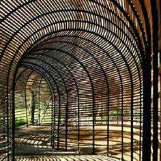 Caminho coberto para o cultivo do Lírio Clivia -  Puff Adder,na fazenda Babylonstoren, em Cape Winelands, África do Sul. Projeto do arquiteto francês Patrice Taravella e o engenheiro Terry de Waal. #architecture #arts #arquitetura #arte #decor #decoração #design #interiores #projetocompartilhar #shareproject #madeiraeconforto #madeira #wood
