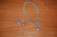 Tante piccole idee realizzate: Collana e orecchini con perline sfaccettate cubiche trasparenti e acquamarina, con pendenti, realizzati da mia figlia