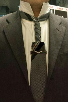 THE PADDLE KNOT (BY BORIS MOCKA AKA THE JUGGER KNOT) Cravat Inspiration, Cool Tie Knots, Mens Sweat Suits, Fancy Tie, Tie A Necktie, Suit Shoes, Tie And Pocket Square, Sharp Dressed Man, Neckties