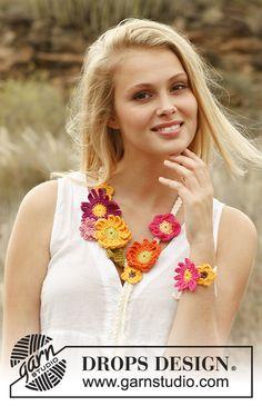 """Collana e braccialetto DROPS intrecciati con fiori estivi all'uncinetto in """"Safran"""". Modello gratuito di DROPS Design."""
