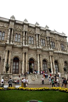 DOLMABAHCE PALACE was built by (Armenian Architects) Garabet and Nigogos BALYAN in Baroque-style for Sultan Abdulmecit. Sultan Abdülmecid tarafından Garabet BALYAN ve Nigoğos BALYAN'a yaptırılmıştır.