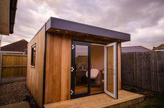 Caseta eDen como oficina para un negocio on-line. Fotos y características de un cobertizo prefabricado de madera que la firma eDen Garden Rooms ha instalado en Inglaterra, para utilizar como oficina de comunicaciones de un negocio.      #CasasPrefabricadas