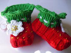 """Strick- & Häkelschuhe - Gestrickte Babyschuhe """"Erdbeer-Blüte"""" Gr.16/17 - ein Designerstück von Tanas bei DaWanda"""