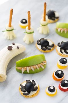 I'm remembering these for the grand babies many many many yearsfrom Easy Healthy Halloween Snacks! So fun for kids and class parties. Halloween Fruit, Halloween Snacks For Kids, Halloween Parties, Snacks Kids, Halloween Recipe, Halloween Treats, Halloween Decorations, Class Snacks, Halloween Dishes