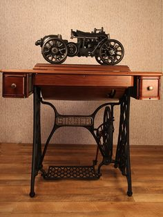 Máquina de costura a manivela e pedal