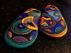 140, Les inséparables, galets peints à l'acrylique dans des tons vifs et multicolores : Peintures par vague-a-l-art