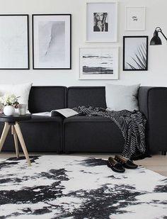 Plaid, canapé, tapis... Le noir se retrouve partout dans ce salon d'inspiration scandinave.