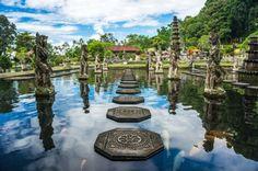🌍 Водный дворец Тиртаганга (остров Бали)  Дворцовый комплекс Тиртаганга, что означает «священная вода Ганга», представляет собой уникальное сочетание живописных водных бассейнов со скульптурным ансамблем и занимает территорию 1,3 га. Трехуровневый дворец – символ Вселенной, где все три уровня получили разделение на Swah – высший божественный, Bwah – бренный людской, Bhur – нижний темный мир демонов. Великолепный фонтан, что расположен в центральной части водного дворцового комплекса в…