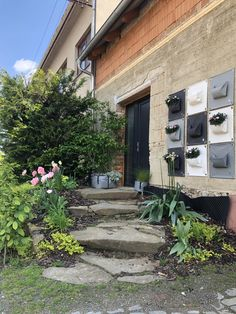 Home wall inspiration. From ugly wall to beautiful flower wall. Entrance to your house will be full of plants easily. Urban Gardening, Inspiration Wall, Green Bag, Flower Wall, Beautiful Flowers, North America, Entrance, Planters, Bloom