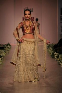 Gold Lengha #lehenga #choli #indian #shaadi #bridal #fashion #style #desi #designer #blouse #wedding #gorgeous #beautiful