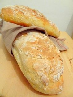 Bread without kneading For 2 baguettes: 375 g of flour 1 teaspoon of salt 25 cl of water 5 cl of milk 1 tablespoon of honey 1 sachet of baker's yeast. Cooking Bread, Cooking Recipes, Bread Recipes, Tapas, Brunch, Cuisine Diverse, No Cook Meals, Love Food, Food Porn