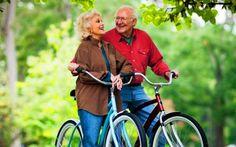 Gli anziani possono invecchiare in modo attivo a pieno benessere Si vive sempre di più. L'invecchiamento non ha solo lati negativi. Anzi se si mette in atto uno stil anziani invecchiamento benessere