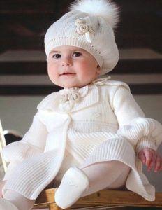 Outfit per un battesimo d inverno con cappottino e berretto di lana Poses b70da2a63ca