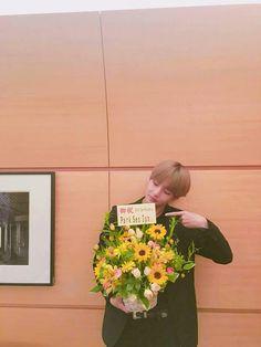 B T S * V * Park Seo Jun sent flowers to Kim Taehyung * Hwarang Jimin, Jungkook Jeon, Kim Taehyung, Bts Bangtan Boy, Jhope, Taehyung Smile, Bangtan Bomb, Foto Bts, Bts Photo