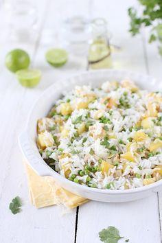 Voici un délicieux plat équilibré qui ne demande pas trop de travail. C'est un mélange de riz thaï, d'ananas, de poulet, de crevettes et de petits pois, se