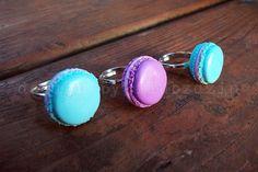 Bardzo słodki, oryginalniy, wykonane ręcznie pierścionek z ciasteczkiem( kolor fioletowy ) Do kompletu można dopasować bransoletkę z ciaseczkami i kolczyki.  wymiary: baza pierścionka...