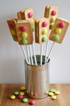 These super little traffic light treats have been created with two plain biscuits sandwiched together with butter cream then decorated with Smarties. A great treat for any Construction or Car Racing .