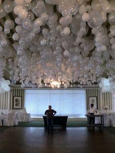 La tête en bas.    Les ballons au plafond, ça fait rêver. Le petit détail qui gâche tout : les noeuds qui font rapidement négligé. Voici un petit truc : glissez une bille dans le ballon avant de le gonfler, une fois arrivé au plafond il se retournera naturellement et ils seront tous têtes en bas, ne vous laissant qu'un spectacle magique et une impression de légèreté unique. Tumblr