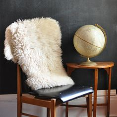 I want a lamb skin rug and a globe! Mens Valentines Gifts, White Wood, Black White, Sheepskin Rug, Christmas Mom, Floor Cushions, Living Room Inspiration, Home Interior Design