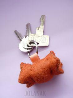 Špekáček co neumastí ( přívěsek na klíče) Přívěsek na klíče, na tašku apod. Velikost cca 6 cm. ( na přání rozměry upravím) Špekáček je ušitý z dekorační plsti, plněný kuličkovým PES rounem.