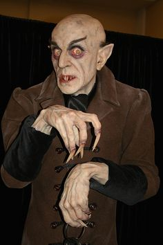Mike Hill is an incredible sculptor. This is just the kind of mystery I love! Life-sized Nosferatu sculpture by Mike Hill Retro Horror, Gothic Horror, Arte Horror, Vintage Horror, Horror Art, Horror Monsters, Scary Monsters, Famous Monsters, Monster Squad