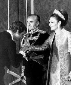 پادشاه سوئد به هنگام بوسيدن دست شهبانوى ايران My King, King Queen, Pahlavi Dynasty, The Shah Of Iran, Farah Diba, Social Transformation, Persian Pattern, Royal Prince, Royal Style